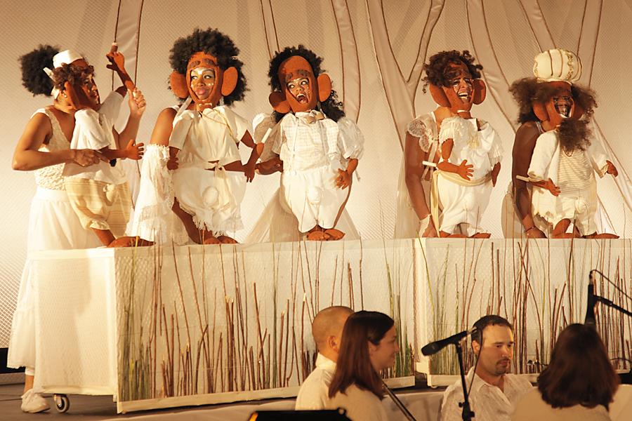 """Scène de Sueño: A Latino Take on Shakespeare's """"Midsummer Night's Dream"""" / Sueño: La Versión Latinizada de """"Sueño de una Noche de Verano"""" de William Skakespeare, une production bilingue (anglais et espagnol) avec les acteurs, chanteurs, musiciens, danseurs, marionnettistes et marionnettes pour un public adulte par le Teatro SEA (New York, NY, États-Unis), mise en scène : Manuel Morán, scénographie et marionnettes : José López. Fantoches / Marionnettes empoignées, hauteur : 60 cm. Photo: Ruiz Photography"""