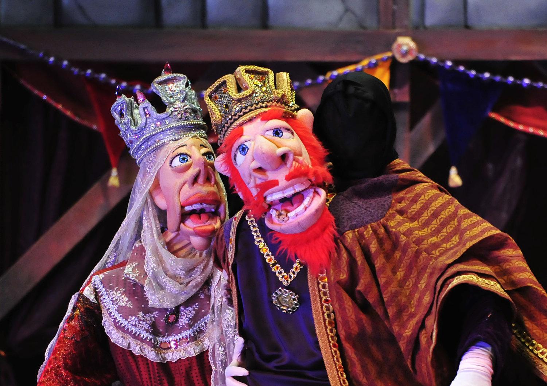 Roi Farfán et la Reine, dans <em><em>The Toothache of <em>Ki</em>ng Farfán / La Muela del Rey Farfá</em>n</em>, une operette zarzuela bilingue (anglais et espagnol) pour un public familial par le Teatro SEA (New York, NY, États-Unis). Adaptation de l'œuvre des frères Quintero, mise en scène : Manuel Morán, partition : Manuel Morán et Iván Alexander Bautista, chorégraphie : Michael Capecci, scénographie et marionnettes : José López, costumes : William Lorenzen III. Marionnettes de style Bunraku, hauteur : 1,8 m . Photo: Agustín Barrera