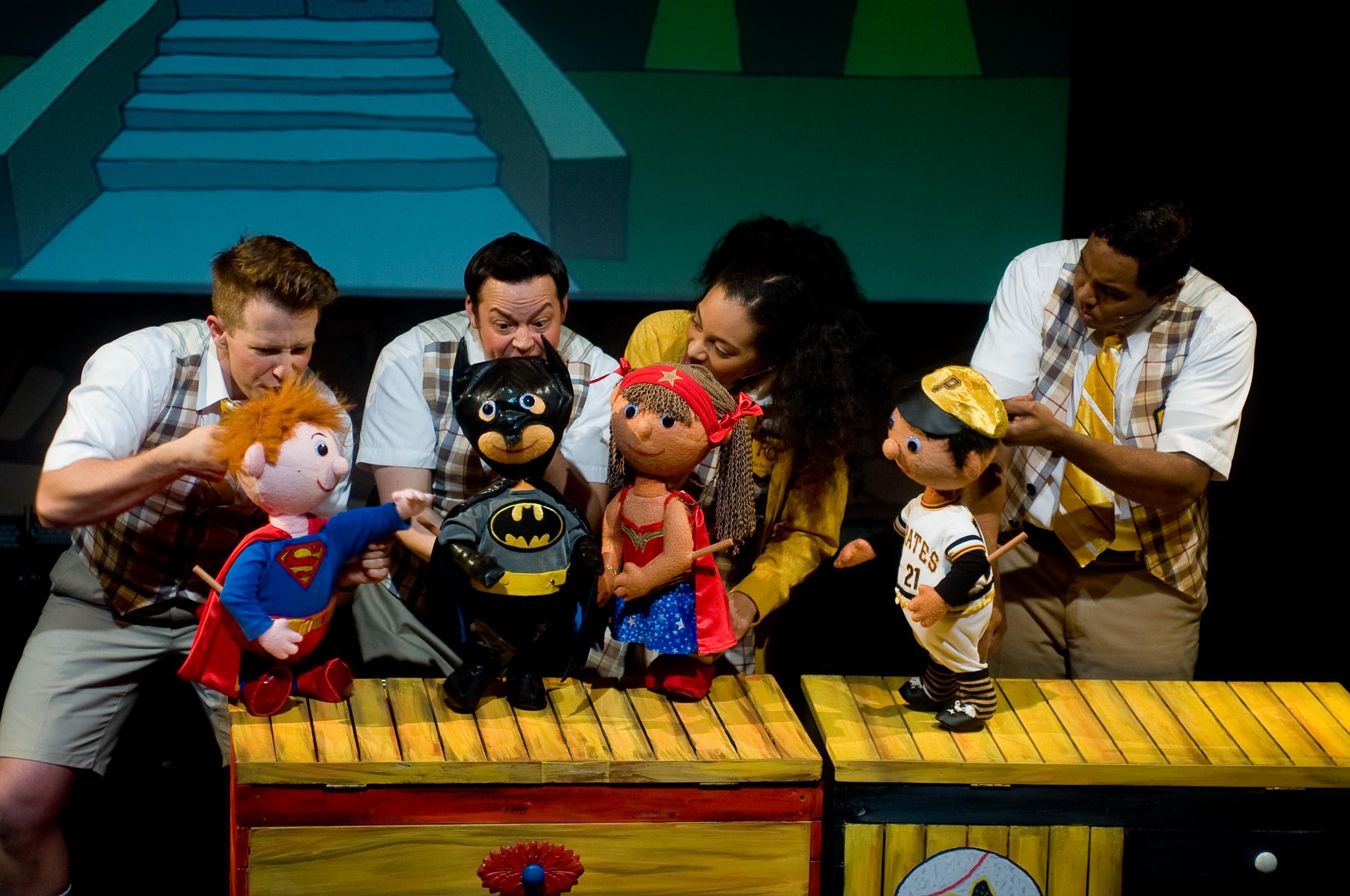 Quatre super-héros, de <em>My Superhero Roberto Clemente / Mi Superhéroe Roberto Clemente</em>, une production bilingue (anglais et espagnol) pour un public familial par le Teatro SEA (New York, NY, États-Unis). Marionnette à tiges / Marionnette sur table, hauteur : 40 cm. Photo: Javier González