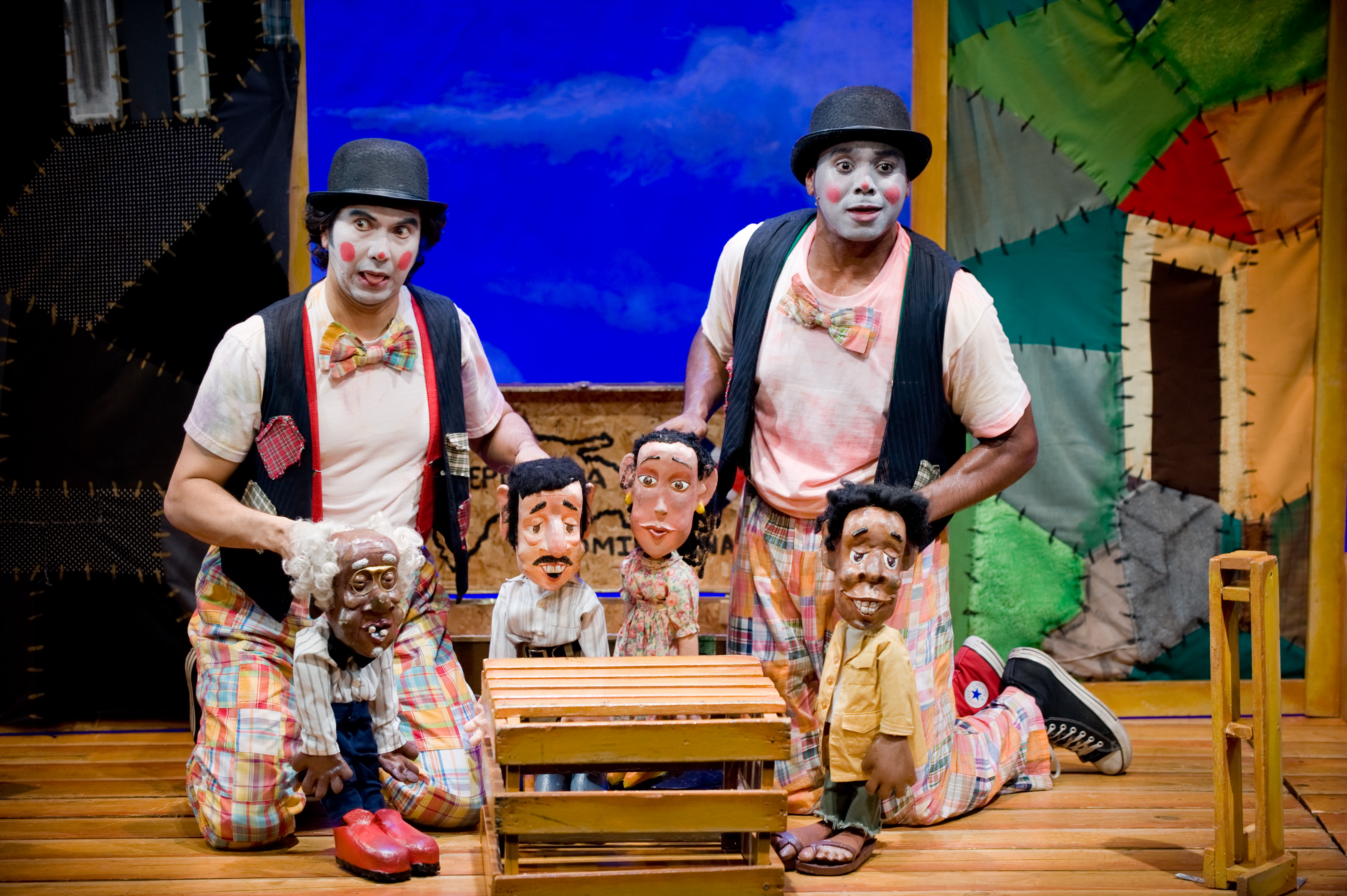 Personnages de marionnettes et acteurs de <em>The Encounter of Juan Bobo and Pedro Animal / El Encuentro de Juan Bobo y Pedro Animal</em> (2005), une production bilingue (anglais et espagnol) du folklore portoricain et dominicain pour le jeune public par le Teatro SEA (New York, NY, États-Unis). Une pièce de théâtre de marionnettes participative dans le style du cirque créée pour célébrer le mois du patrimoine portoricain. Texte et mise en scène : Manuel Morán, marionnettistes / acteurs : Manuel Morán, Ricardo Hinoa, Jesús Martínez, comédiens sur la photo : Manuel Morán, Jesús Martínez. Marionnettes à tiges, hauteur : 50 cm. Photo: Javier González