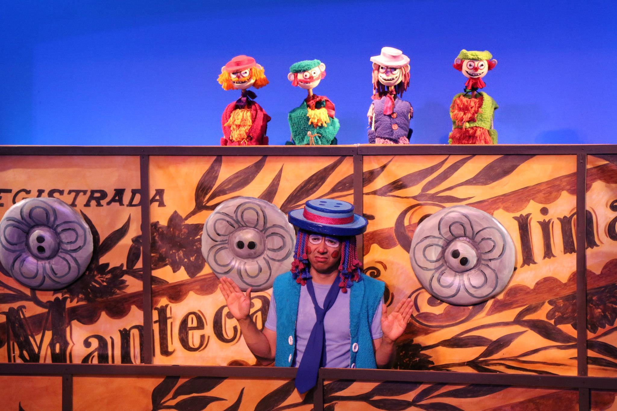<em>The Billy-Club Puppets / Los Títeres de Cachiporra</em>, une production bilingue (anglais et espagnol) pour le jeune public par le Teatro SEA (New York, NY, États-Unis). Une adaptation du jeu de marionnettes de Federico García Lorca, mise en scène : Manuel Morán, comédien sur la photo : Manuel Morán. Marionnettes à tiges, hauteur : 60 cm. Photo: Richard Marino