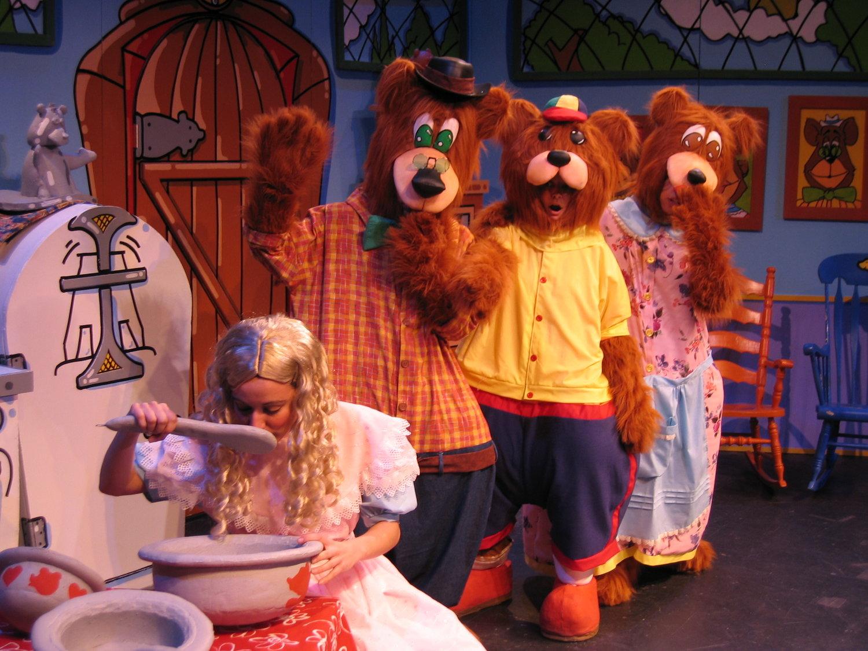 Scène de <em>Ricitos and the 3 Bears (Goldilocks and the 3 Bears) / Ricitos y los 3 Ositos</em>, une production bilingue (anglais et espagnol) pour le jeune public par le Teatro SEA (New York, NY, États-Unis). Comédienne sur la photo : (Goldilocks/Ricitos) Albrey Barbosa. Marionnettes habitables, hauteur : 2 m. Photo: Richard Marino