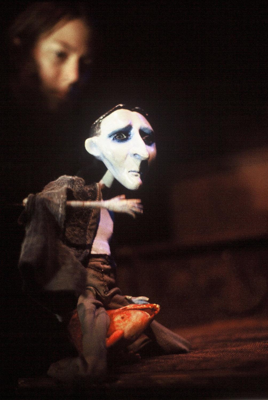Little Victor, en <em>Frankenstein</em> (1999), una producción para público adulto por Terrapin Puppet Theatre (Tasmania, Australia), puesta en escena: Jessica Wilson, diseño de títeres: Graeme Davis. Fotografía cortesía de Terrapin