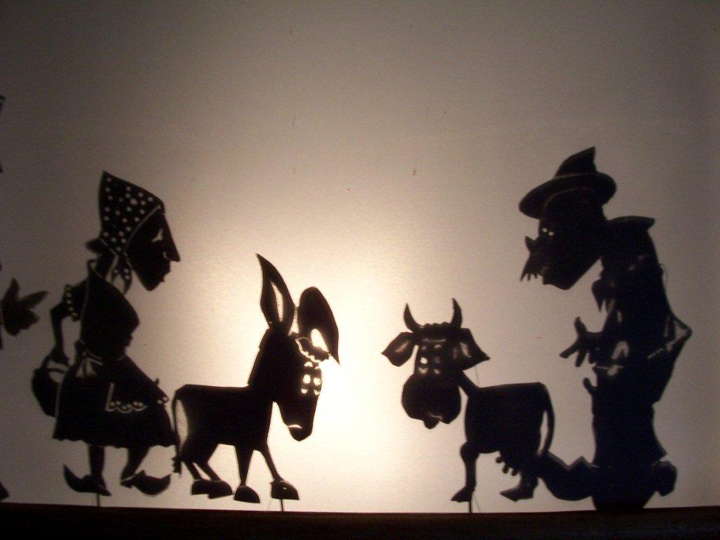 <em>Le jeu du sabot</em> (1993) par le Théâtre des Gros Nez (Perwez, Brabant wallon, Belgique), mise en scène, conception, scénographie et interprète : Marcel Orban. Théâtre d'ombres. Photo réproduite avec l'aimable autorisation de Marcel Orban