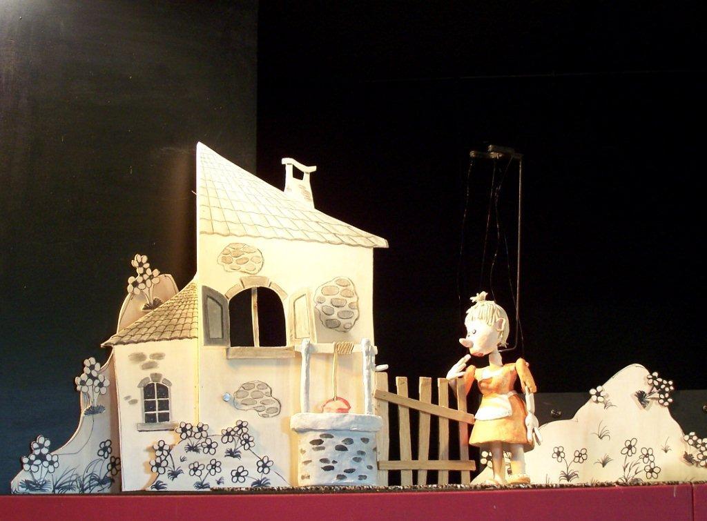 <em>Les pas malins</em> (2011) par le Théâtre des Gros Nez (Perwez, Brabant wallon, Belgique), mise en scène, conception, scénographie et interprète : Marcel Orban. Photo réproduite avec l'aimable autorisation de Marcel Orban