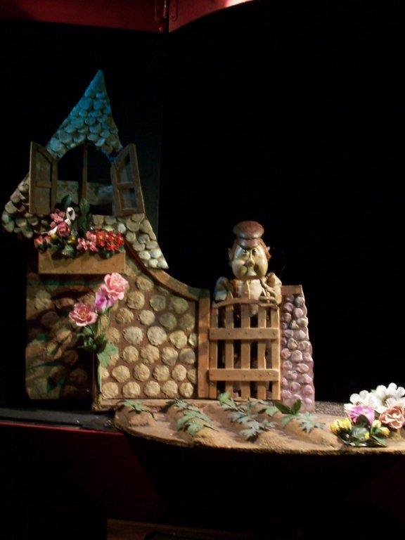 <em>Les Nicolas</em> (2015) par le Théâtre des Gros Nez (Perwez, Brabant wallon, Belgique), mise en scène, conception, scénographie et interprète : Marcel Orban. Photo réproduite avec l'aimable autorisation de Marcel Orban