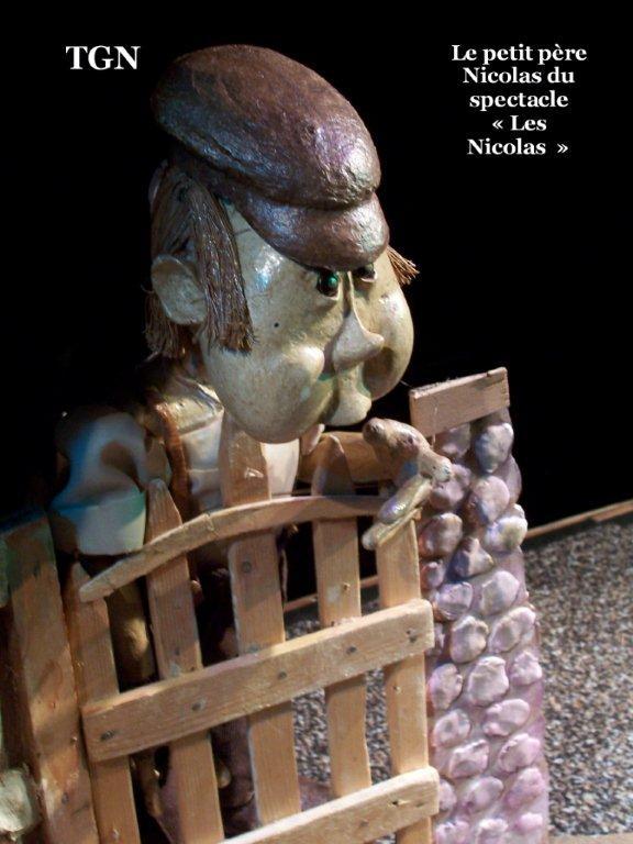 Le petit père Nicolas, du spectacle <em>Les Nicolas</em> (2015) par le Théâtre des Gros Nez (Perwez, Brabant wallon, Belgique), mise en scène, conception, scénographie et interprète : Marcel Orban. Photo réproduite avec l'aimable autorisation de Marcel Orban