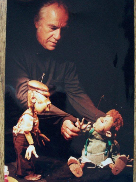 Marcel Orban, fondateur-créateur et interprète solo du Théâtre des Gros Nez (Perwez, Brabant wallon, Belgique) avec deux de ses marionnettes. Photo réproduite avec l'aimable autorisation de Marcel Orban
