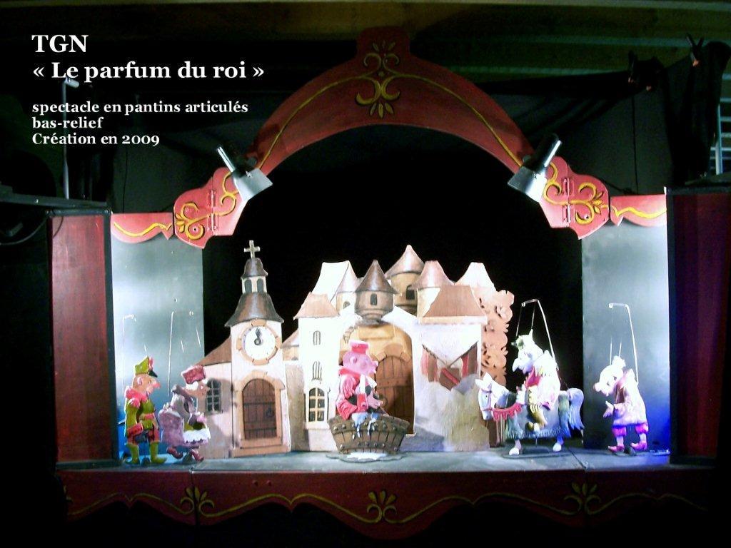 <em>Le parfum du roi</em> (2009) par le Théâtre des Gros Nez (Perwez, Brabant wallon, Belgique), mise en scène, conception, scénographie et interprète : Marcel Orban. Pantins articulés. Photo réproduite avec l'aimable autorisation de Marcel Orban