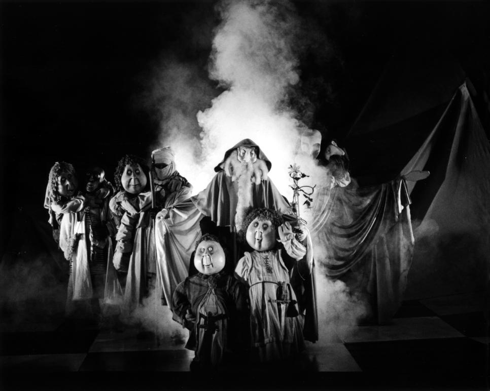 La Marche, scène du <em>Seigneur des Anneaux</em> (1985) de J.R.R. Tolkien, spectacle créé en français par le Théâtre Sans Fil (Québec, Canada), mise en scène: André Viens, scénographie: Michel Demers, fabrication: atelier du Théâtre Sans Fil. Photo: Luc Beaulieu