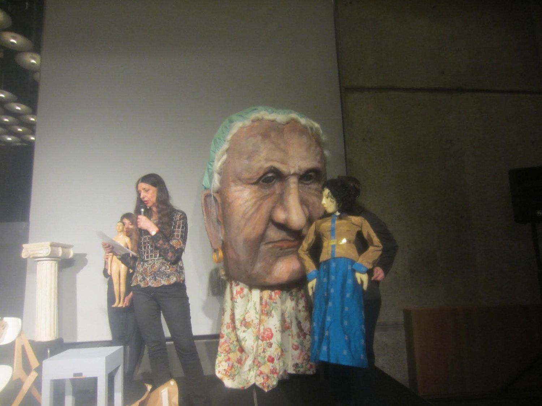 Tête de marionnette géante créée par Theodora Skipitares de Skysaver Productions (2011). Sur la photo : Theodora Skipitares. Photo: Carol Sterling