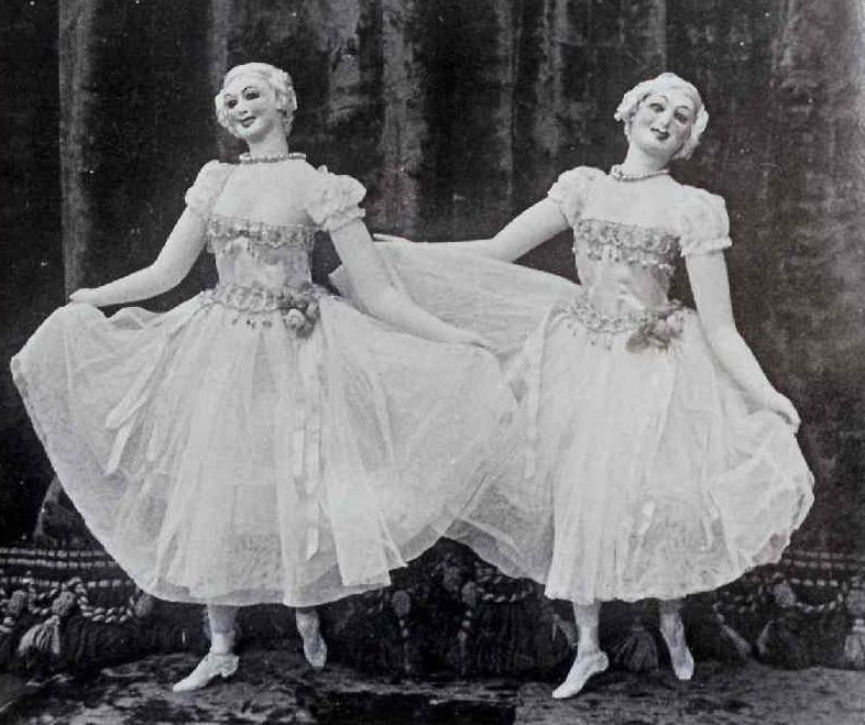 Deux dames dansantes par James Holden, frère de Thomas Holden. Photo réproduite avec l'aimable autorisation de The National Puppetry Archive