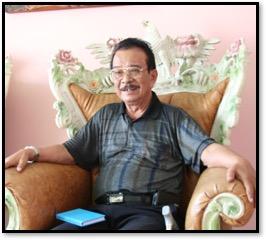 Tjetjep Supriadi (1931- ), maître marionnettiste (<em>dalang</em>) indonésien de la tradition du <em>wayang</em> golek de <em>Sunda</em> (Java occidental). Photo réproduite avec l'aimable autorisation de UNIMA-Indonesia