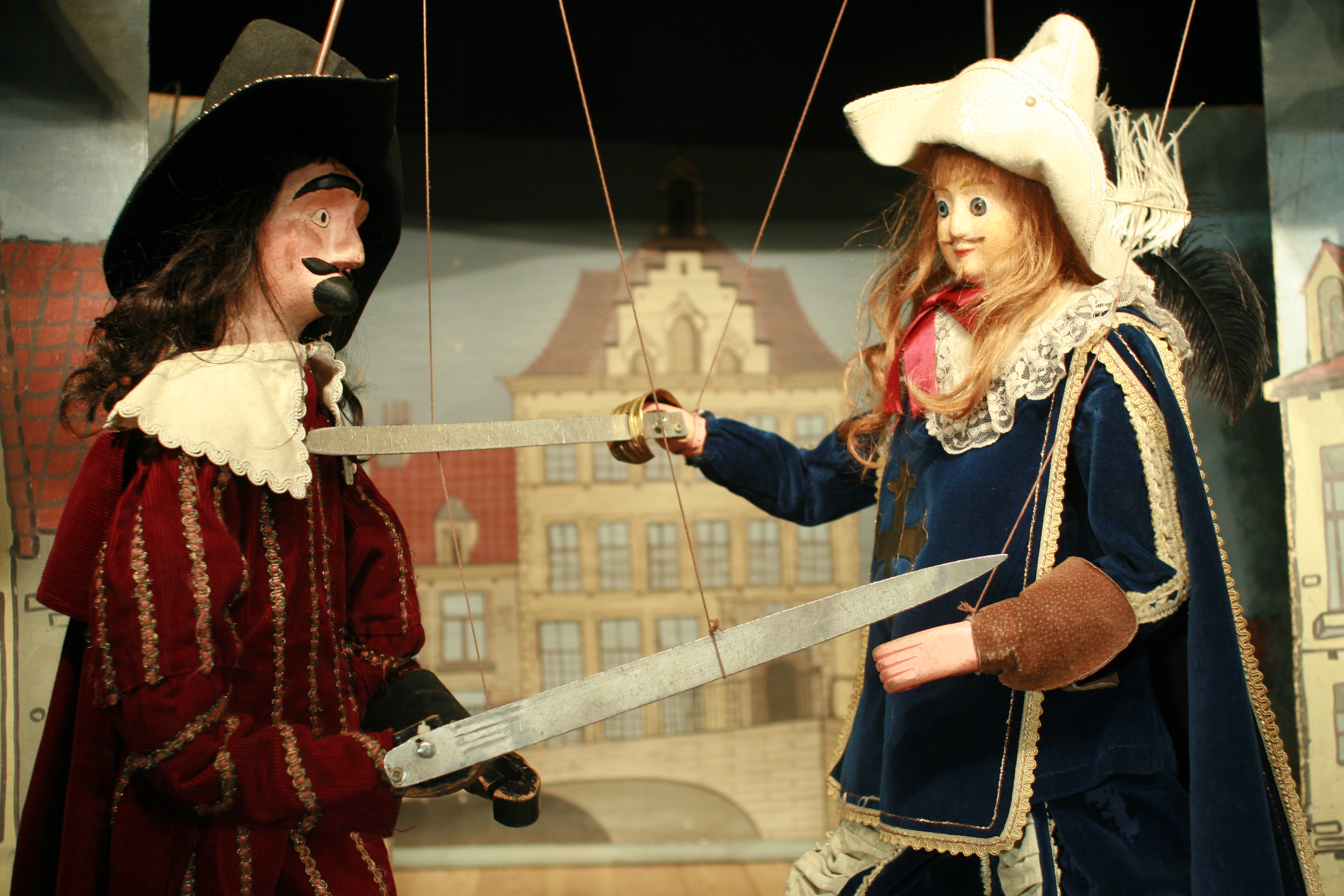 <em>Les Trois Mousquetaires</em>, un grand classique du Théâtre Royal de Toone (Bruxelles, Belgique), le combat entre Bernajou (à gauche) et D'Artagnan (à droite). Marionnettes à tringles. Photo: Nicolas Géal