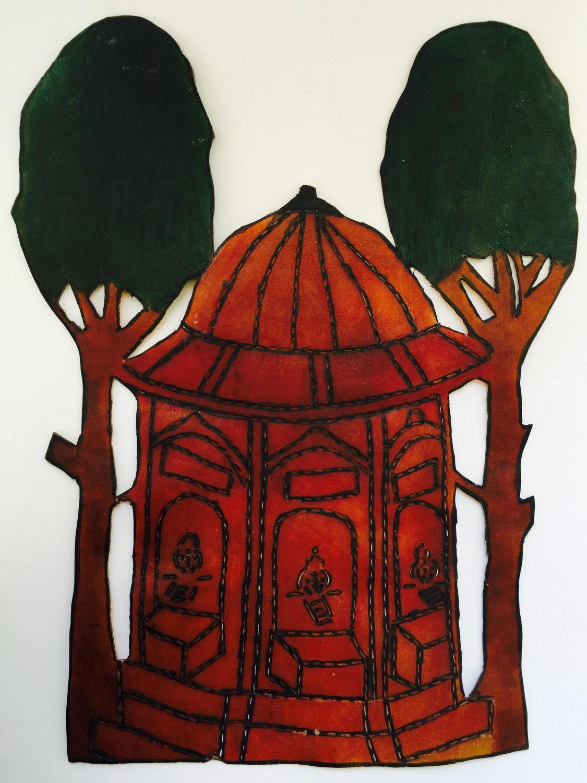 Un décor d'un petit bâtiment et deux arbres, une figurine d'ombre, karagöz, de Vural Arisoy. Photo réproduite avec l'aimable autorisation de UNIMA Turkey (UNIMA Turkiye)