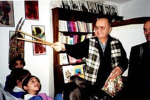 Orhan Kurt, maître de théâtre d'ombre turc, karagöz. Photo réproduite avec l'aimable autorisation de UNIMA Turkey (UNIMA Turkiye)