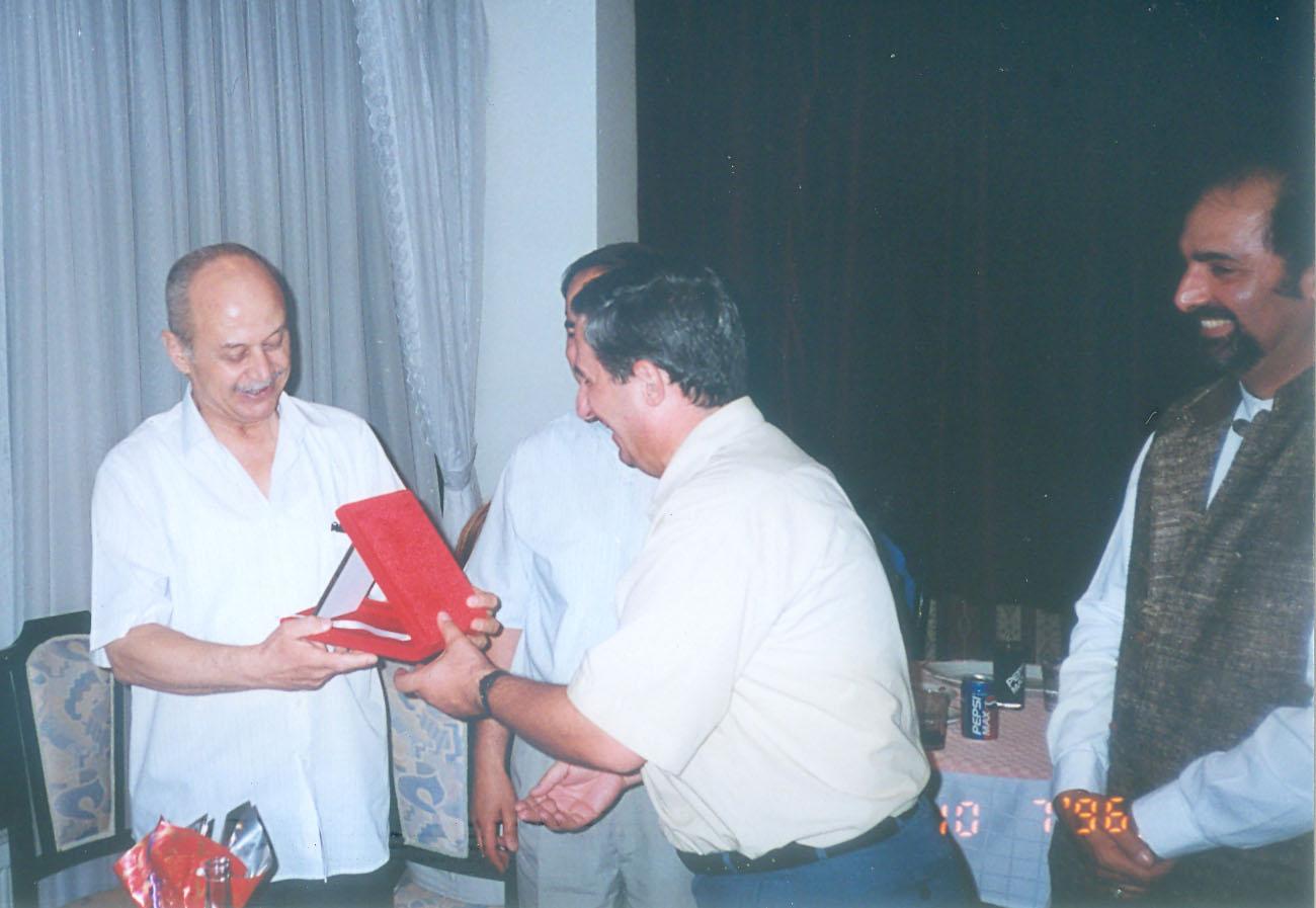 Tuncay Tanboğa, maître de théâtre d'ombres turc, karagöz, avec (à sa droite) Şinasi Çelikkol et Dadi Pudumjee. Photo réproduite avec l'aimable autorisation de UNIMA Turkey (UNIMA Turkiye)