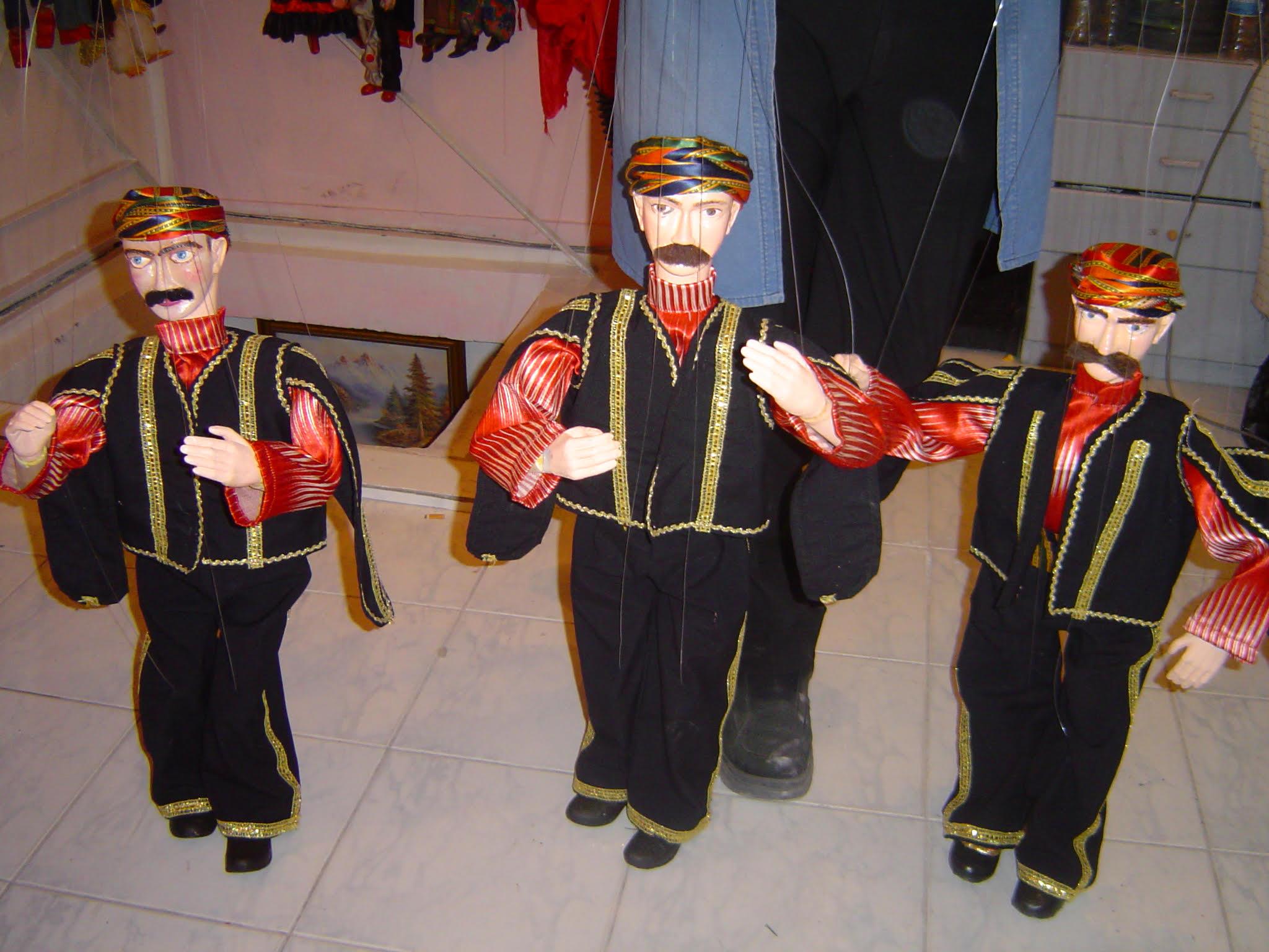 Trois marionnettes à fils de Vural Arisoy. Photo réproduite avec l'aimable autorisation de UNIMA Turkey (UNIMA Turkiye)