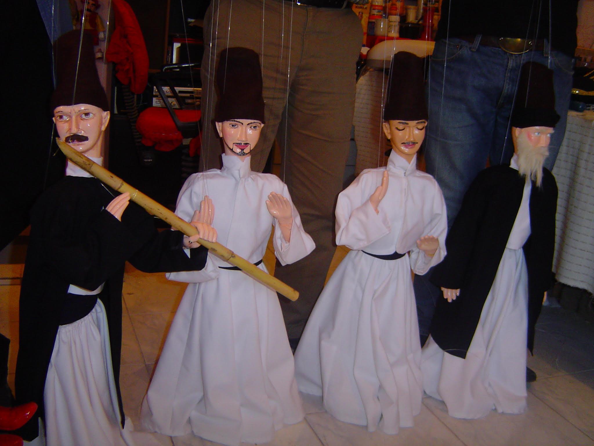 Deux derviches tourneurs et deux musiciens soufis, marionnettes à fils de Vural Arisoy. Photo réproduite avec l'aimable autorisation de UNIMA Turkey (UNIMA Turkiye)