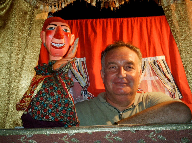 Marionnettiste turc, Duygu Tansi avec une de ses marionnettes à gaine. Photo réproduite avec l'aimable autorisation de UNIMA Turkey (UNIMA Turkiye)