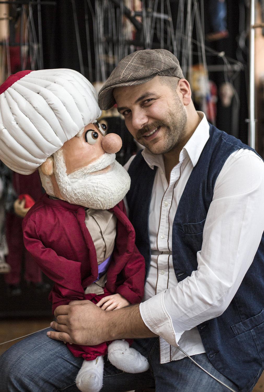 Hakan Arisoy avec une de ses marionnettes à tiges. Photo réproduite avec l'aimable autorisation de UNIMA Turkey (UNIMA Turkiye)