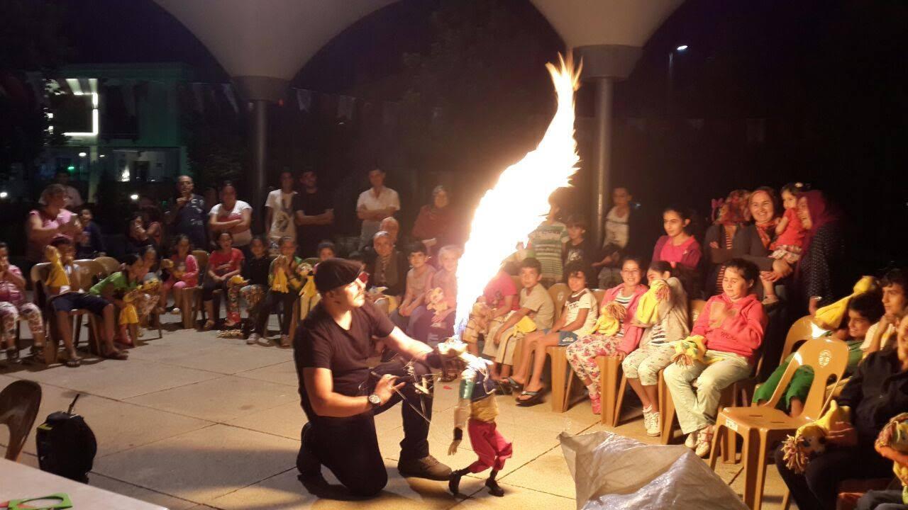 Hakan Arisoy avec sa marionnette cracheur de feu. Photo réproduite avec l'aimable autorisation de UNIMA Turkey (UNIMA Turkiye)