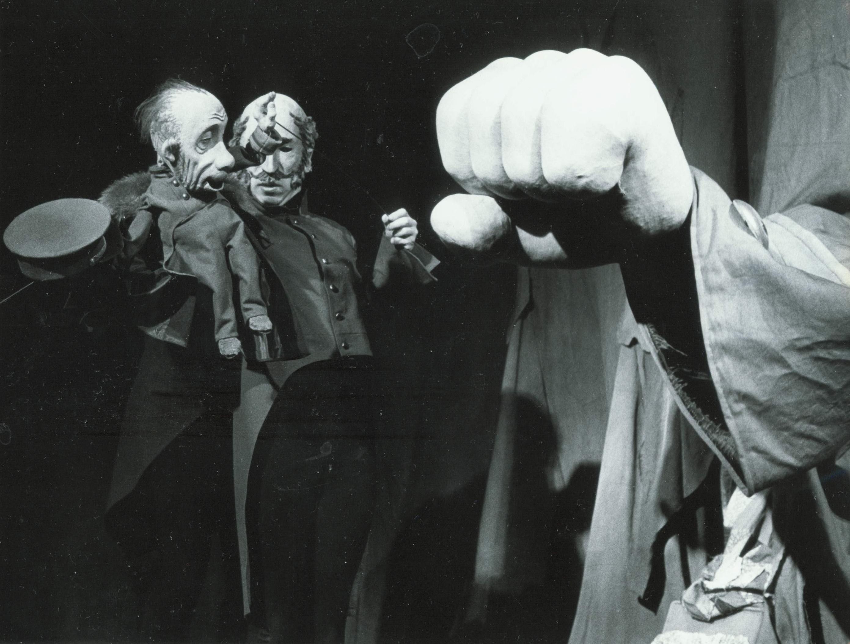 <em>Shinel</em> (Le Manteau, 2001), d'après le roman de Nicolaï Gogol, par le Voronezhskiy teatr kukol «Shut» (Voronezh, Russie), mise en scène : Valeri Volkhovski, scénographie: Elena Loutsenko. Photo réproduite avec l'aimable autorisation de Collection : Voronezhskiy teatr kukol «Shut»