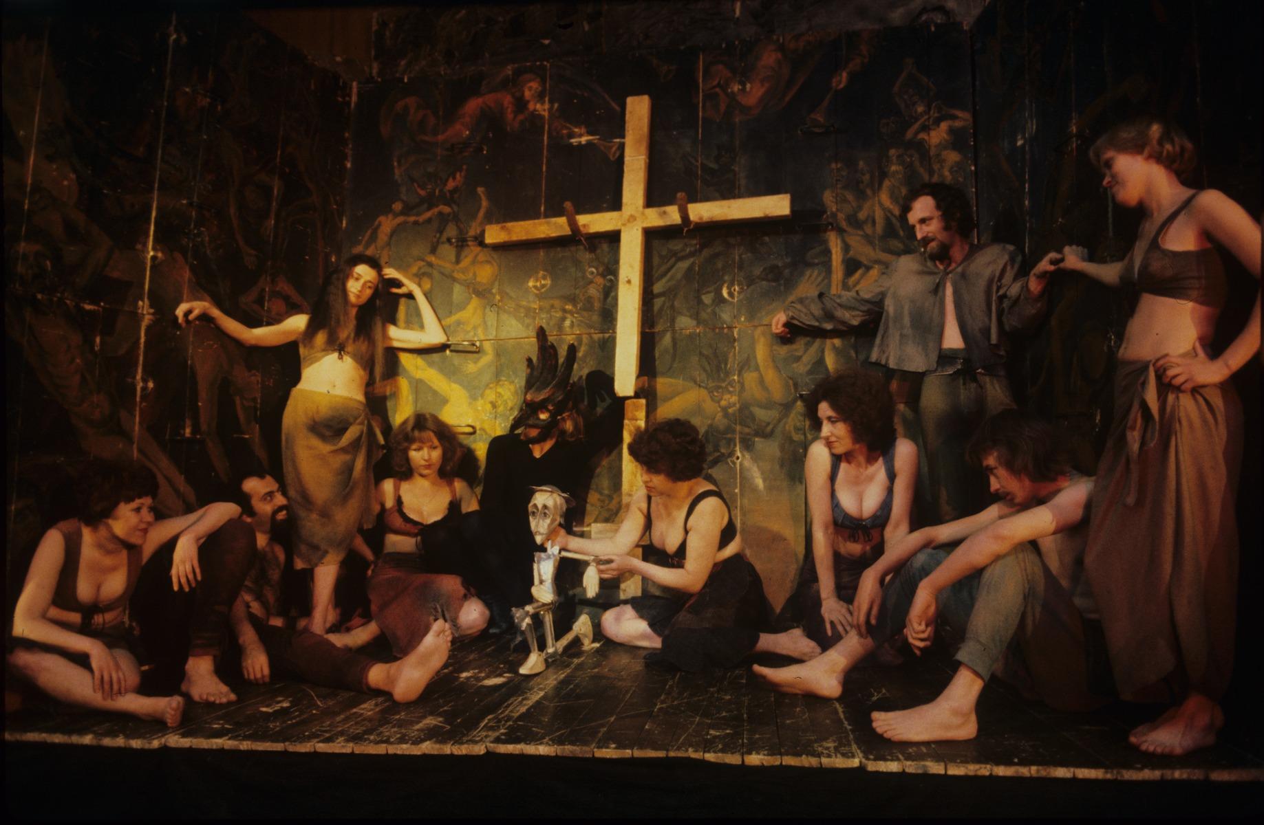 Une scène de <em>Chelovek de Lamanchi</em> (L'Homme de la Mancha, 1979) de Joe Darion et Dale Wasserman, par le Teatr kukly i aktyora « Buratino » (Magnitogorsk, région de l'Oural, Russie), mise en scène : Viktor Chraïman, scénographie: Mark Bornshtein. Photo réproduite avec l'aimable autorisation de Archive : Rossiyskiy tsentr UNIMA (Centre UNIMA Russie, Moscou, Russie)