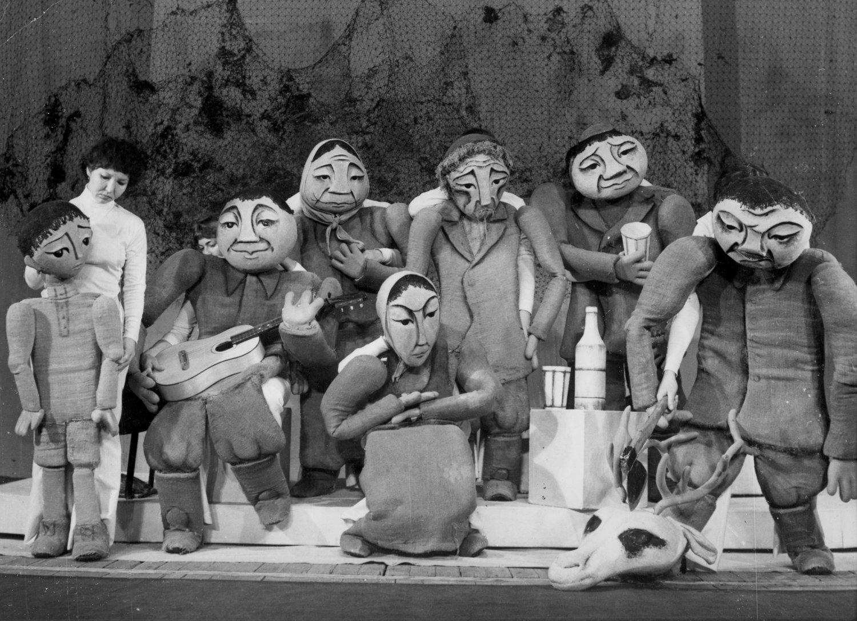 <em>Beliy parokhod</em> (Le Bateau blanc, 1977), d'après le roman de Tchinguiz Aïtmatov, par le Bashkirskiy gosudarstvennyy teatr kukol (Ufa, Russie), mise en scène : Vladimir Stein, scénographie: Marina Gribanova. Photo réproduite avec l'aimable autorisation de Archive de Marina Gribanova, directrice du Moskovski teatr detskoy knigi «Volshebnaya lampa» (Moscou, Russie)