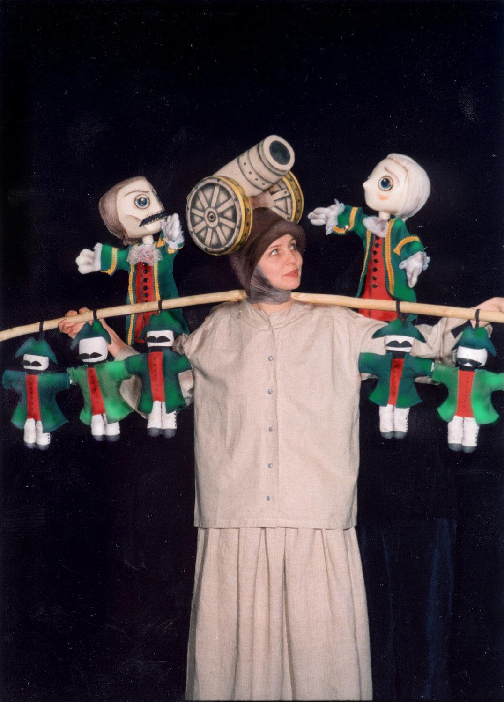 <em>Kapitanskaya dochka</em> (La Fille du capitaine, 1999), d'après Alexandre Pouchkine, la scène « La forteresse de Belogorsk » avec l'actrice Oksana Pashina, par el Moskovski teatr detskoy knigi «Volshebnaya lampa» (Moscou, Russie), mise en scène : Vladimir Stein, scénographie: Marina Gribanova. Photo réproduite avec l'aimable autorisation de Archive de Marina Gribanova, directrice du Moskovski teatr detskoy knigi «Volshebnaya lampa» (Moscou, Russie)