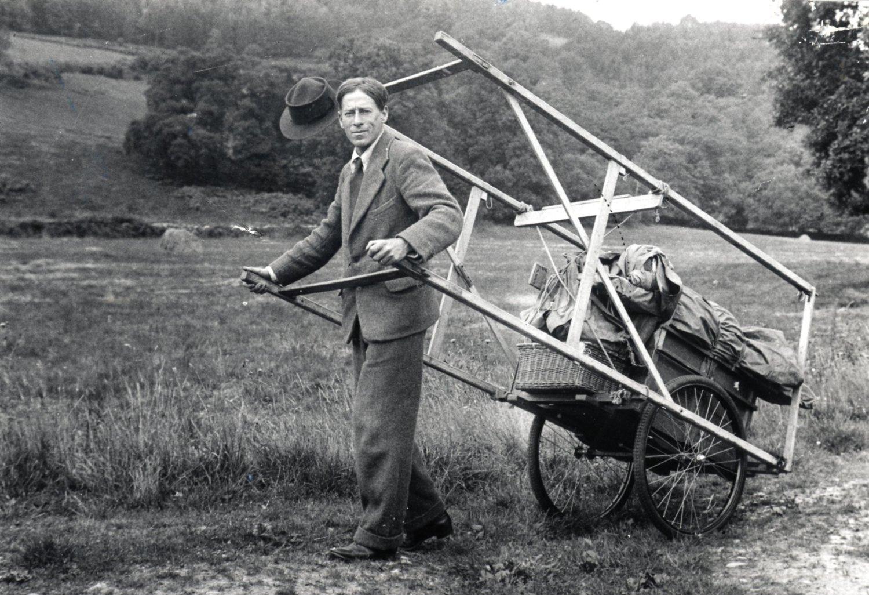 Walter Wilkinson (1889-1970) avec sa scène itinérante (années 1930). Photo réproduite avec l'aimable autorisation de Collection : The National Puppetry Archive