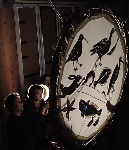 <em>Bare Bones</em> (2005) par Welfare State International (Cumbria, Royaume-Uni). Théâtre d'ombres. Photo réproduite avec l'aimable autorisation de John Fox
