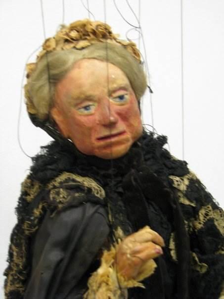 La Reine Victoria (vers 1930), marionnette à fils par Yale Puppeteers (1927-1960s). Collection : The Cook / Marks Collection, Northwest Puppet Center (Seattle, Washington, États-Unis). Photo réproduite avec l'aimable autorisation de Alan Cook