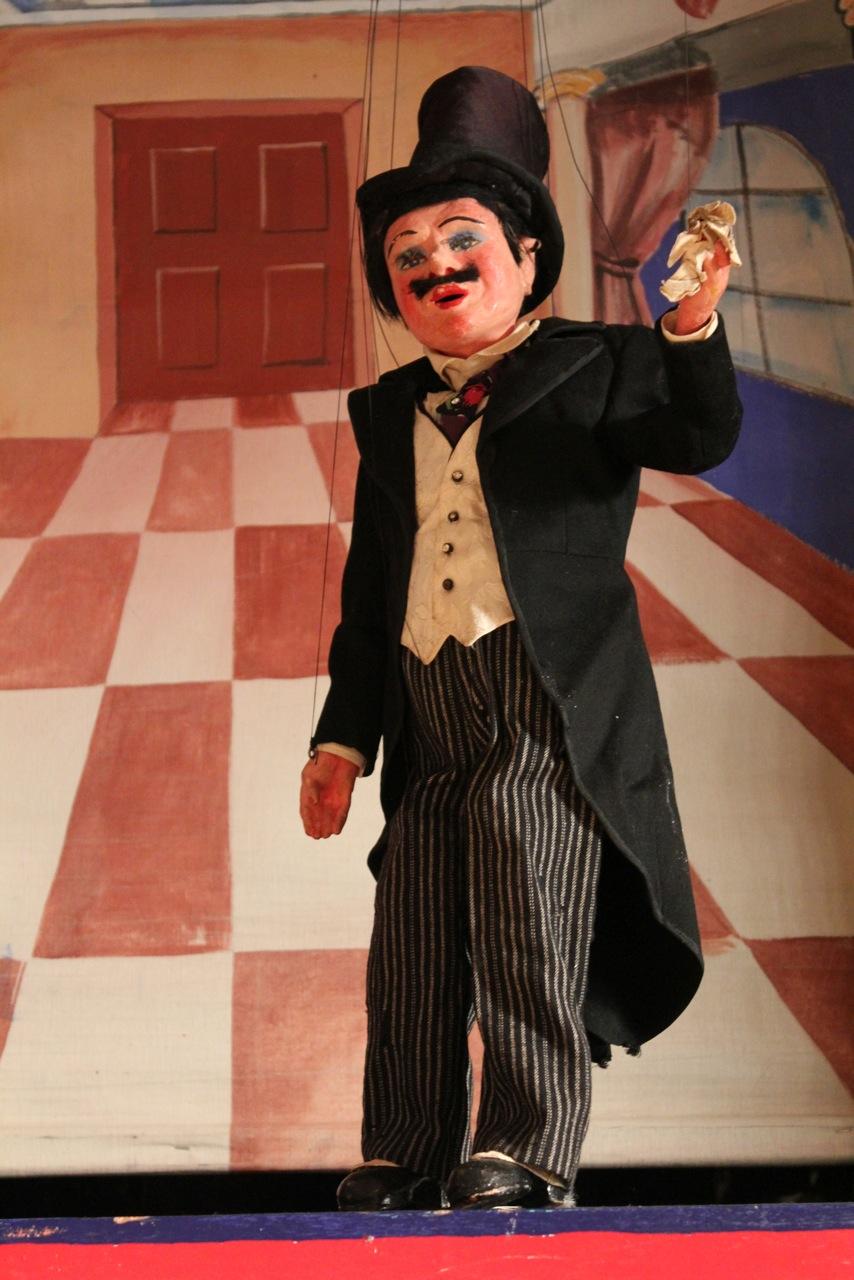 Gentleman, marionnette à fils, hauteur : 49 cm, par Yale Puppeteers (1927-1960s), l'un des artistes de marionnettes au théâtre, Turnabout Theatre (Los Angeles, Californie, 1942-1956). Collection : The Cook / Marks Collection, Northwest Puppet Center (Seattle, Washington, États-Unis). Photo: Dmitri Carter