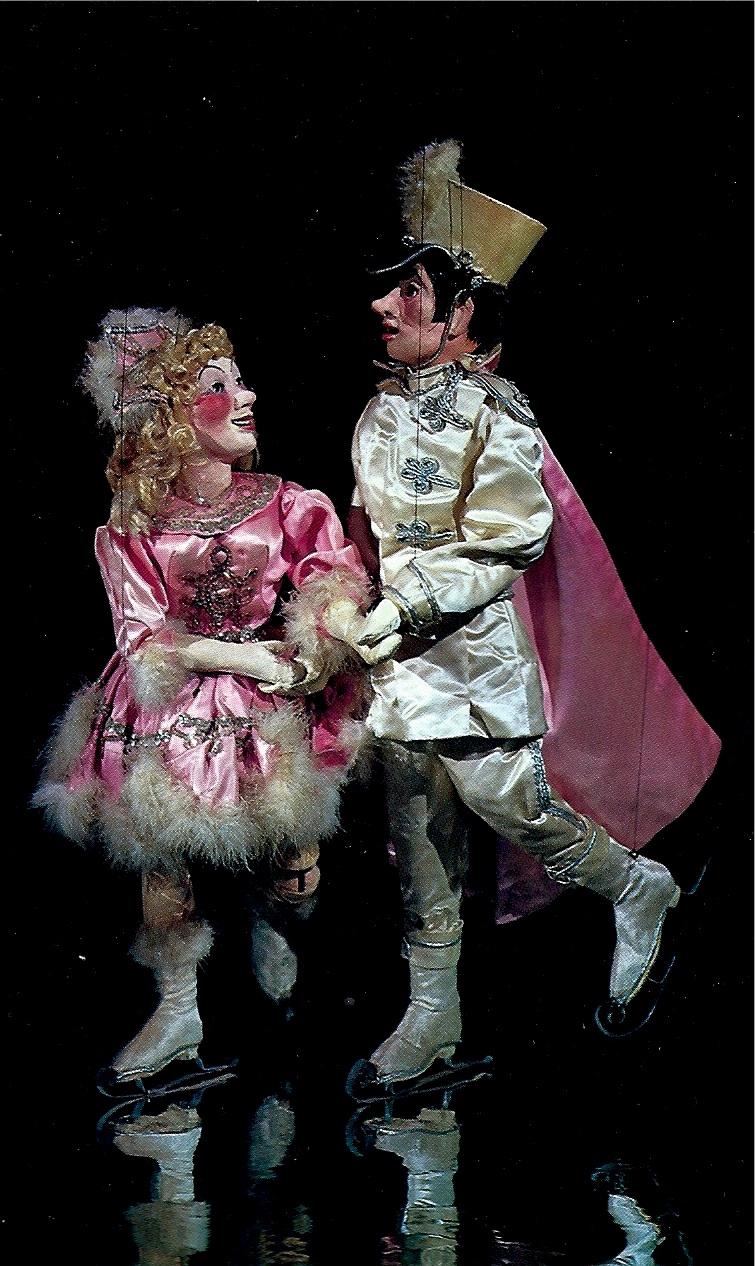 Les patineurs sur glace, marionnettes à fils par Harry Burnett de la production Gullible's Travels (vers 1951) au Turnabout Theatre par Yale Puppeteers. Collection : Alan G. Cook. (Exposition et catalogue, <em>Puppets: Art and Entertainment</em>, Puppeteers of America, 1980)