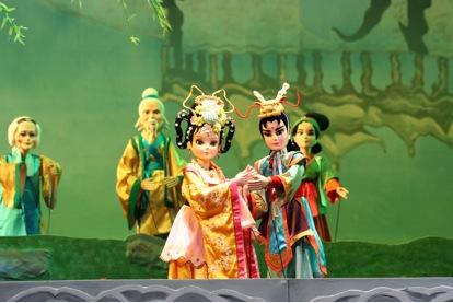 <em>La fée de la fleur de jade</em> (琼花仙子, 1995) par Yangzhou Muou Jutuan (Institut de recherche de la marionnette de Yangzhou, province du Jiangsu, République populaire de Chine), mise en scène : Jiao Feng, Fang Lin, conception et fabrication : Dai Ronghua, Kuang Jiulong, marionnettistes : Luo Yan (manipulation du personnage Fleur de Jade), Liang Surong (manipulation du personnage Wuquan). Marionnettes à tiges, hauteur : 70-100 cm. Photo: Wu Jinhu