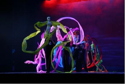 <em>Les garçons de calebasse</em> (葫芦娃, 2009) par Yangzhou Muou Jutuan (Institut de recherche de la marionnette de Yangzhou, province du Jiangsu, République populaire de Chine), mise en scène : Zhong Hao, Fang Lin, conception et fabrication : Dai Ronghua, Kuang Jiulong, marionnettistes : Liang Surong (manipulation des rubans colorés arc-en-ciel). Marionnettes à tiges, hauteur : 70-100 cm. Photo: Wu Jinhu