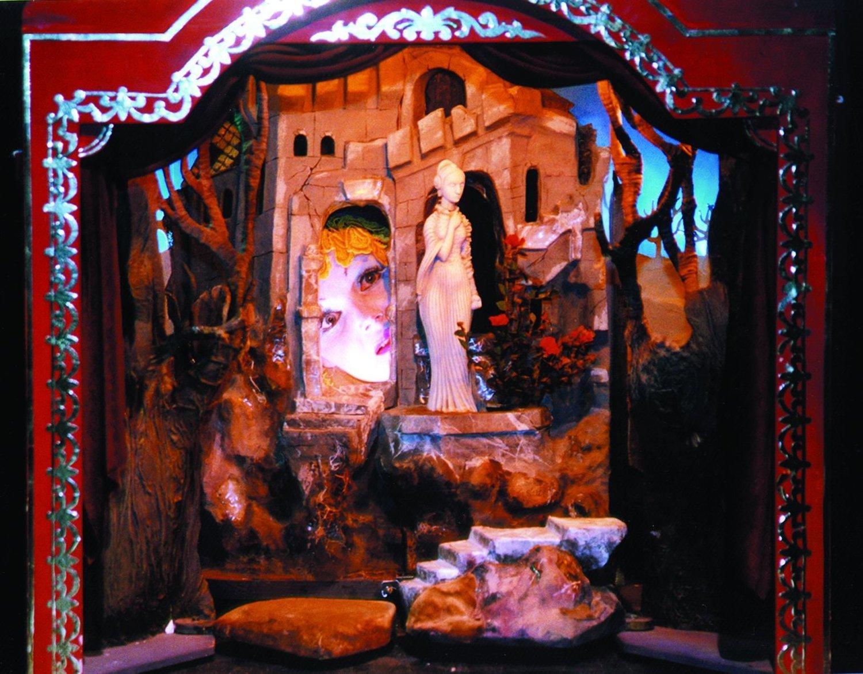 <em>Kartinki vystvaki</em> (Tableaux d'une exposition, 1996) par le Yekaterinburgsky munitsipalny teatr kukol (Ekaterinbourg, Russie), mise en scène : Alexandre Borok, Sergueï Plotov, scénographieet conception des marionnettes : Andreï Efimov. Photo réproduite avec l'aimable autorisation de Yekaterinburgsky teatr munitsipalny kukol