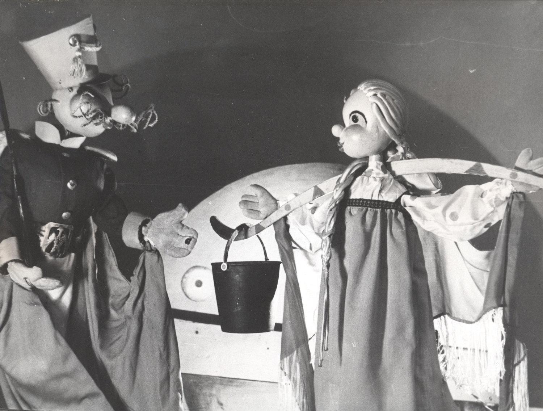 <em>Alyonushka i soldat</em> (Alionouchka et le soldat, 1970) par le Teatr Skazki (Leningrad, aujourd'hui Saint-Pétersbourg), mise en scène : Youri Elisseiev, scénographie: Nelly Polyakova. Photo réproduite avec l'aimable autorisation de Archive : Sankt-Peterburgsky gosudarstvenny kukolny teatr Skazki (Saint-Pétersbourg, Russie)