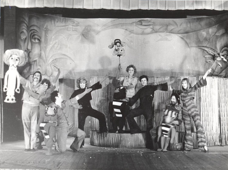 <em>Tigrik Petrik</em> (Petrik le bébé tigre, 1973) par le Teatr Skazki (Leningrad, aujourd'hui Saint-Pétersbourg), mise en scène : Youri Elisseiev, scénographie: Nelly Polyakova. Photo réproduite avec l'aimable autorisation de Archive : Sankt-Peterburgsky gosudarstvenny kukolny teatr Skazki (Saint-Pétersbourg, Russie)
