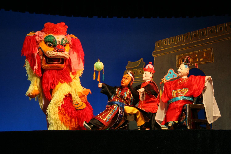 <em>Préfecture de Daming</em> (大名府, 1960) par Zhangzhoushi Muou Jutuan (District de Xiangcheng, Zhangzhou, province du Fujian, République populaire de Chine), mise en scène : Yang Sheng (décédé), Chen Nantian (décédé), conception et fabrication : Yang Junwei, marionnettistes : Chen Lihui, Zhuang Shoumin, Wu Jinliang, Liang Zhihuang. Marionnettes à gaine, hauteur : 45 cm. Photo: Chen Weiqi