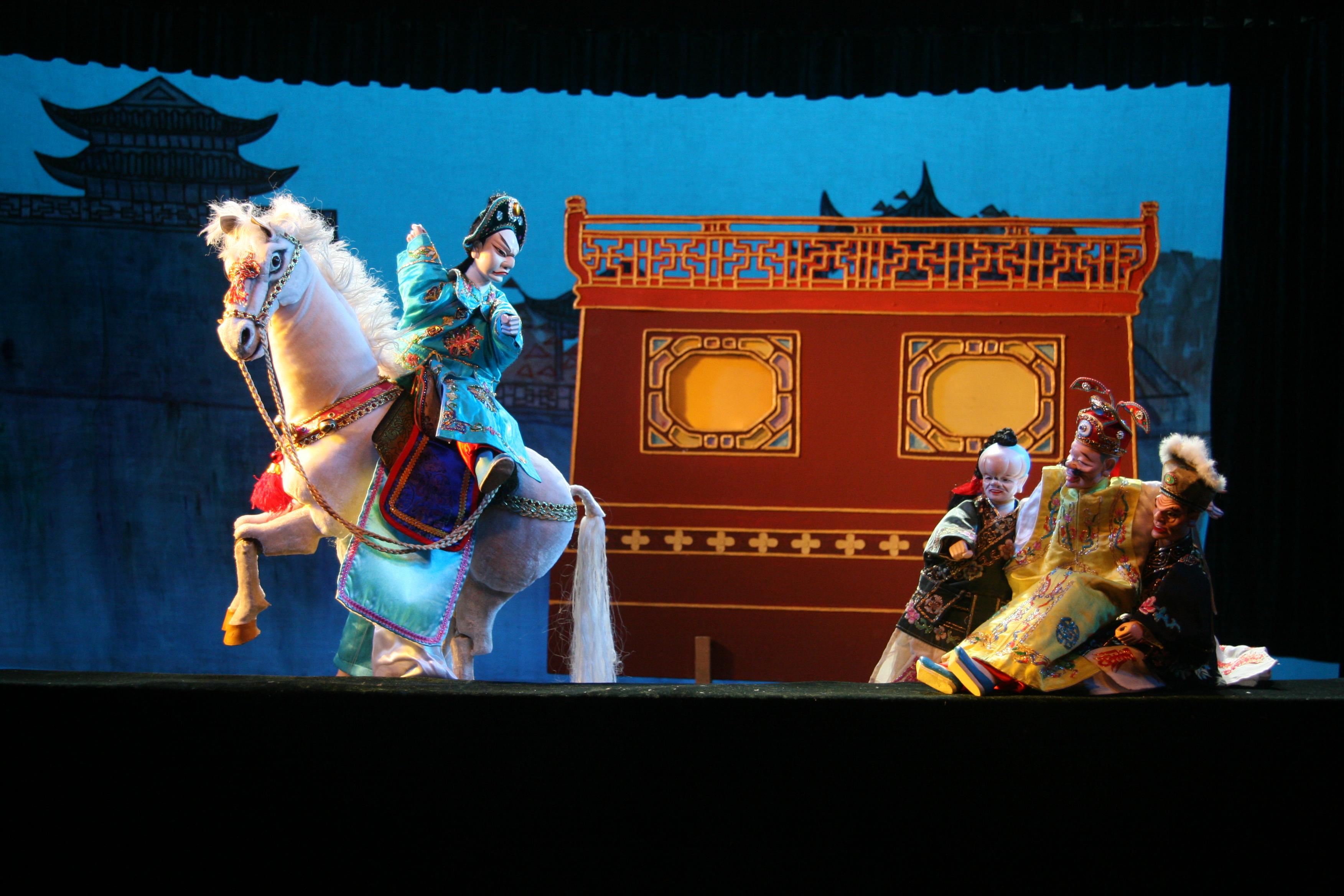 <em>Vendre un cheval et créer le chaos à la Préfecture</em> (卖马闹府, 1961) par Zhangzhoushi Muou Jutuan (District de Xiangcheng, Zhangzhou, province du Fujian, République populaire de Chine), mise en scène : Yang Sheng (décédé), Chen Nantian (décédé), conception et fabrication : Yang Junwei, marionnettistes : Yao Wenjian, Zhuang Shoumin, Lü Yuebin, Zhang Zhao, Xu Kunhuang. Marionnettes à gaine, hauteur : 45 cm. Photo: Chen Weiqi
