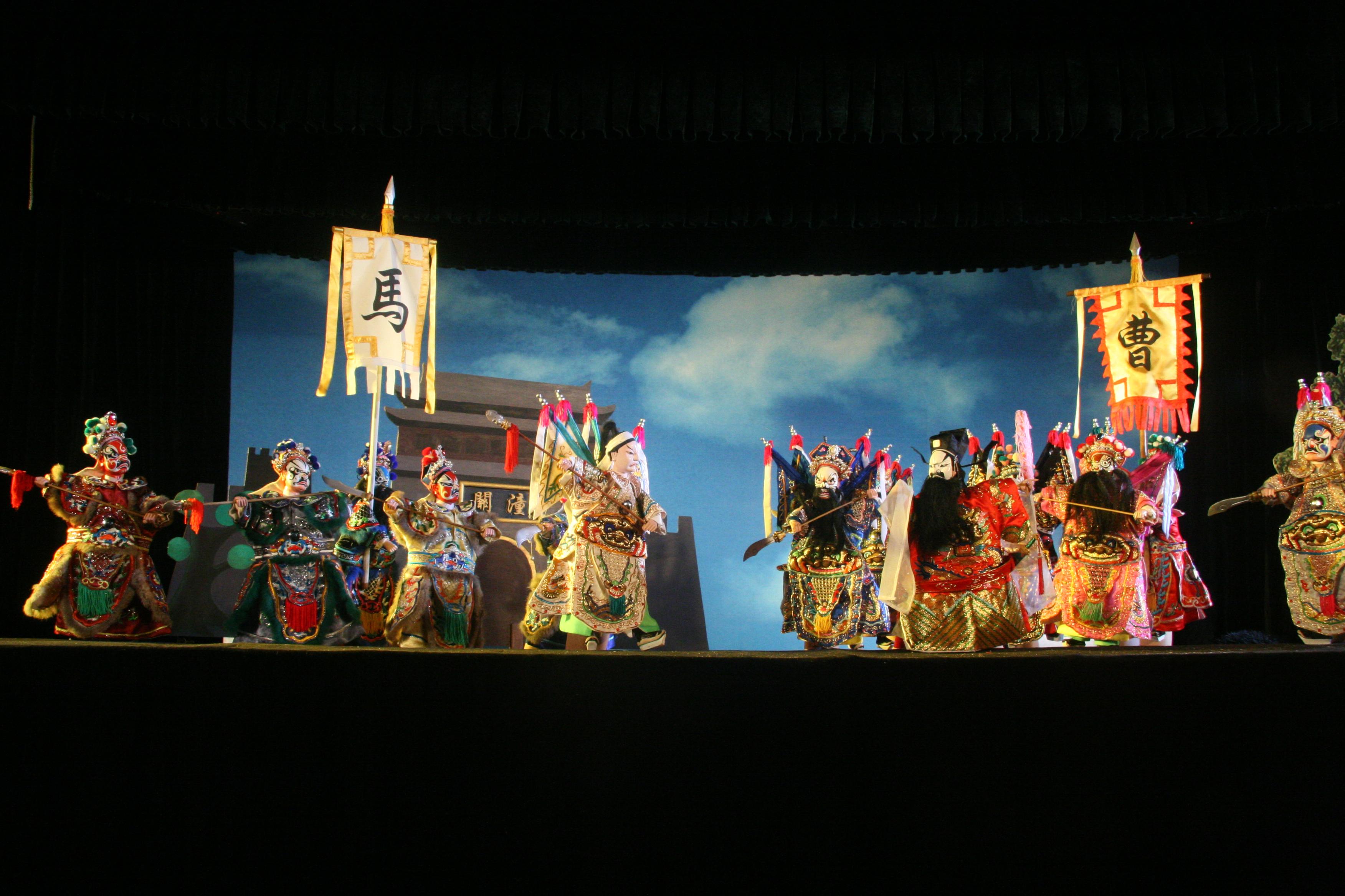 <em>La bataille à Tongguan</em> (战潼关, 1962) par Zhangzhoushi Muou Jutuan (District de Xiangcheng, Zhangzhou, province du Fujian, République populaire de Chine), auteur : Yang Sheng (décédé), mise en scène : Hong Huijun, conception et fabrication : Yang Junwei, marionnettistes : Yao Wenjian, Wu Jinliang, Liang Zhihuang, Xu Kunhuang et d'autres. Marionnettes à gaine, hauteur : 45 cm. Photo: Chen Weiqi