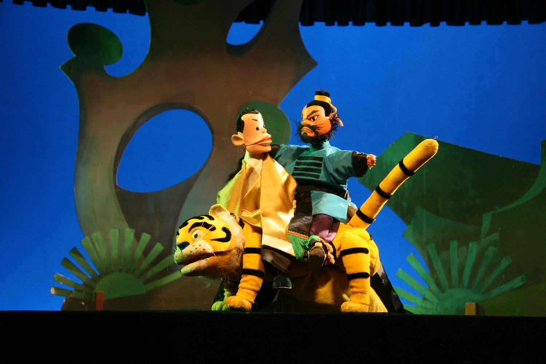 <em>Les deux chasseurs</em> (两个猎人, 1983) par Zhangzhoushi Muou Jutuan (District de Xiangcheng, Zhangzhou, province du Fujian, République populaire de Chine), auteur : Zhuang Huoming, mise en scène : Yang Feng (décédé), conception et fabrication : Yang Junwei, marionnettistes : Li Zhijie, Wu Jinliang, Yao Wenjian. Marionnettes à gaine, hauteur : 45 cm. Photo: Chen Weiqi