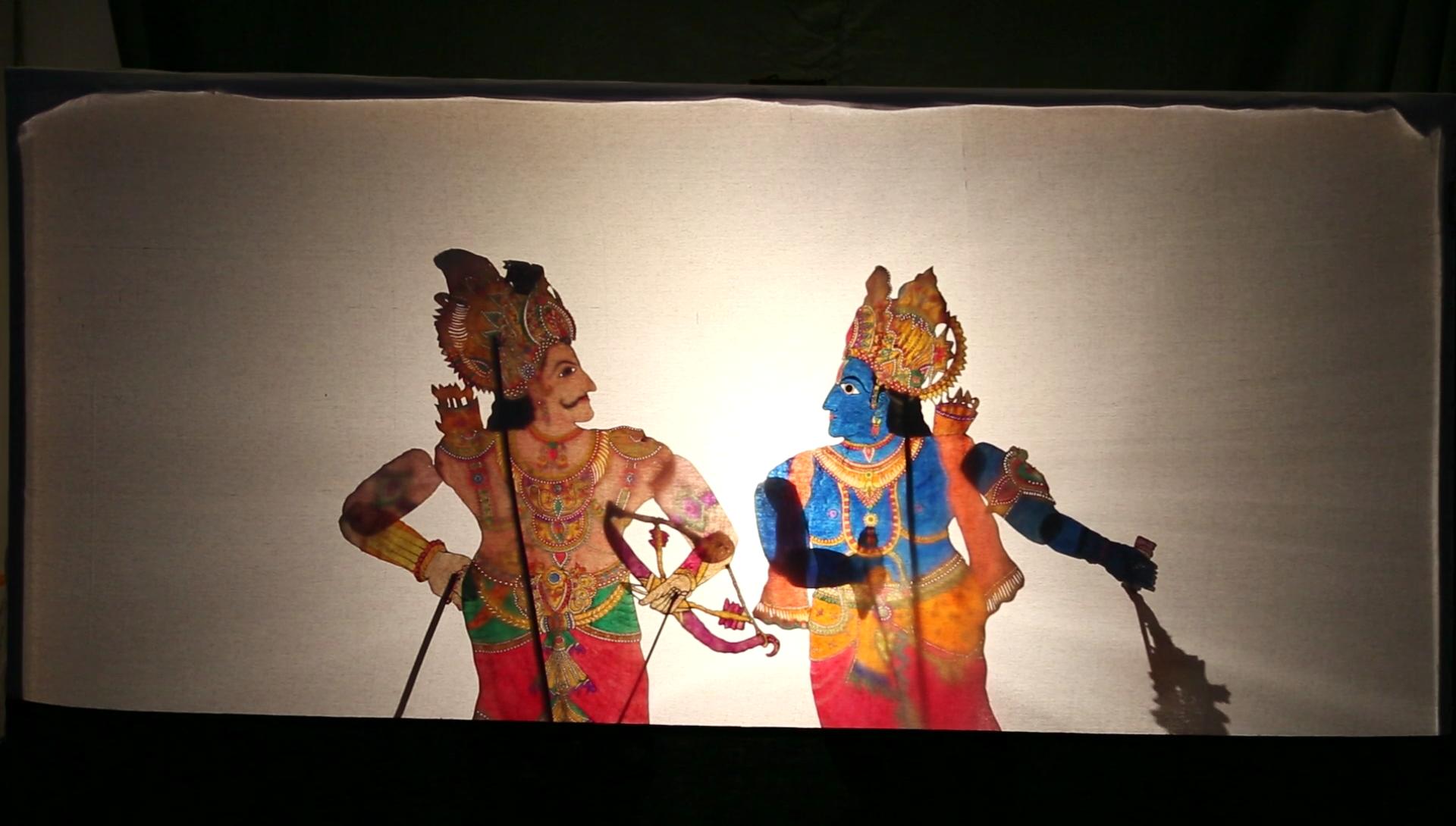 Une s<em>c</em>ène du Mahâbhârata ave<em>c</em> Krishna et Arjuna <em>c</em>réée par Gunduraju (Hassan, Karnataka, Inde), un maître de théâtre d'ombres, <em>togalu gombeyata</em>. Photo réproduite avec l'aimable autorisation de Atul Sinha