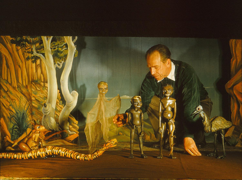 W. D. Ni<em>c</em>ol (1907-1978), professeur australien et marionnettiste amateur qui a aidé à fonder une guilde de marionnettes à Melbourne en 1942, ave<em>c</em> ses marionnettes à fils pour Yalurit & the Rainbow Snake (vers 1954). Photo réproduite avec l'aimable autorisation de Margaret Wallace