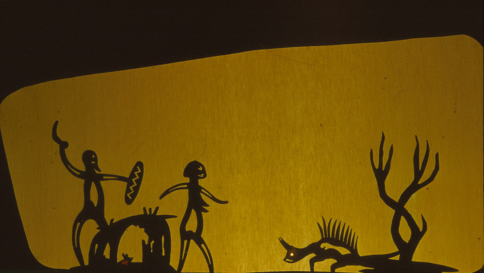 W. D. Ni<em>c</em>ol (1907-1978), enseignant australien et marionnettiste amateur qui a aidé à fonder une guilde de marionnettes à Melbourne en 1942, ave<em>c</em> des marionnettes d'ombres pour How The Moon was Made (vers les années 1950). Photo réproduite avec l'aimable autorisation de Margaret Wallace
