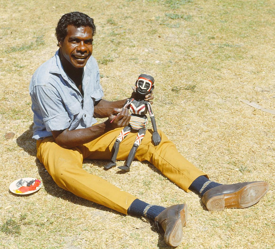 Bobby Lane ave<em>c</em> sa marionnette (vers 1968, Maningrida, Territoire du Nord, Australie). Photo réproduite avec l'aimable autorisation de Margaret Wallace