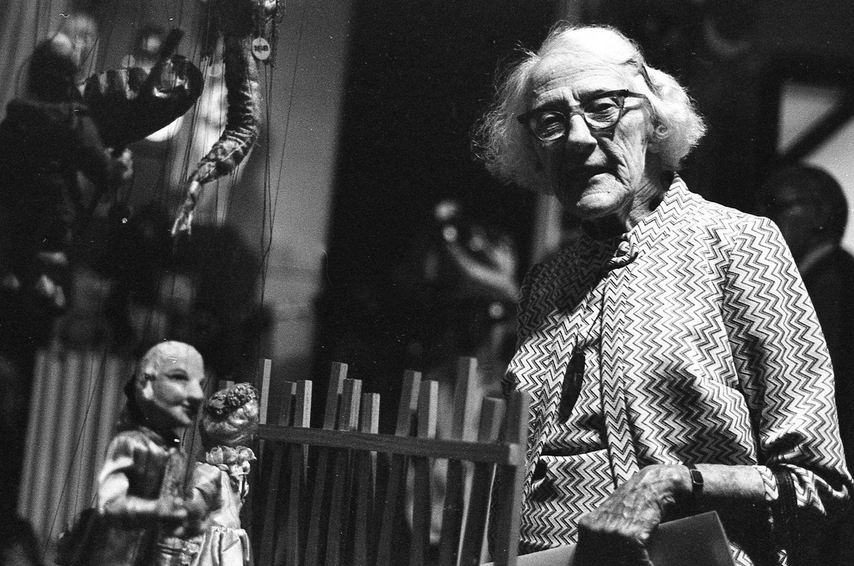 Marionnettiste australienne, Edith Murray (1897-1988) et Prin<em>c</em>e Charming, une marionnette à fils. Photo réproduite avec l'aimable autorisation de Arthur Cantrill
