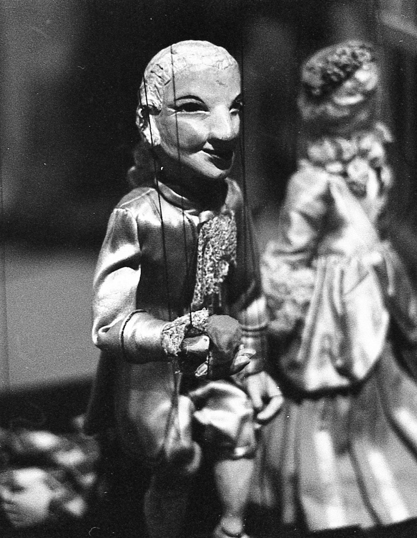 Prin<em>c</em>e Charming, une marionnette à fils par la marionnettiste australienne, Edith Murray. Photo réproduite avec l'aimable autorisation de Arthur Cantrill